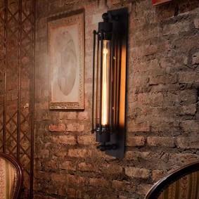 Брутальный светильник на кирпичной стене