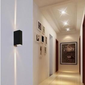 Черный светильник на белой стене