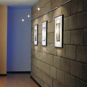 Фото в рамках на стене из блоков