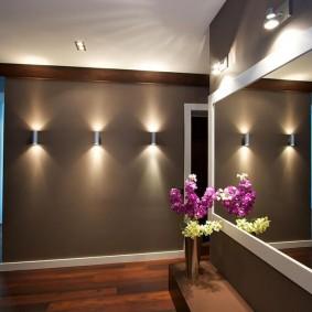 Широкое зеркало в коридоре с темными стенами