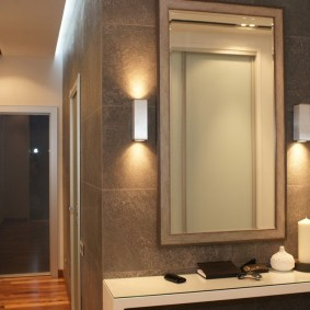 Прямоугольное зеркало в прихожей трехкомнатной квартиры