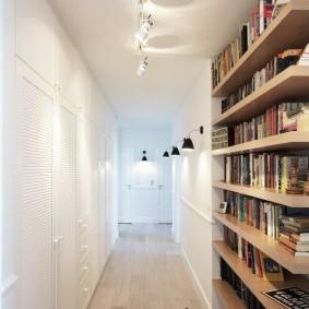 Деревянные полки для хранения книг в коридоре