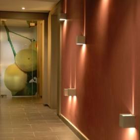 Стена коридора с обоями под покраску