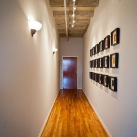 Деревянный пол в длинном коридоре