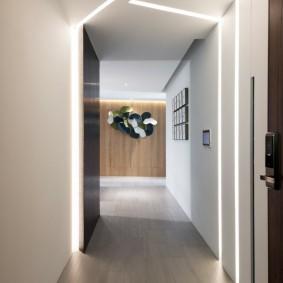 Линейные светильники в интерьере коридора