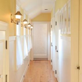 Светлый коридор в частном доме