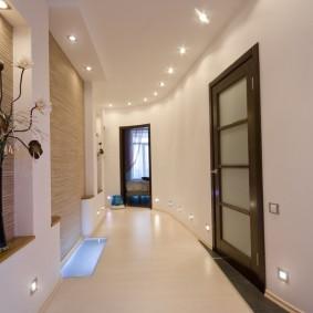 Декоративные ниши в стене коридора с поворотом