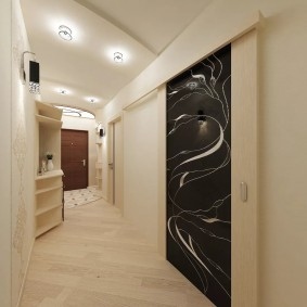 Длинный коридор во входной зоне квартиры
