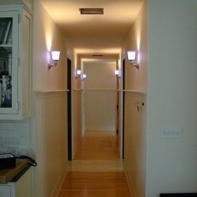 Длинный коридор в городской квартире