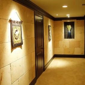 Этнический интерьер коридора в жилом доме