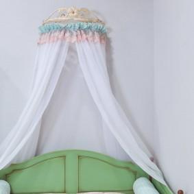 Красивый балдахин в детской спальне
