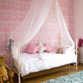 Розовые обои в спальне девочки