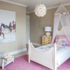 Кровать на деревянном каркасе в спальне школьницы