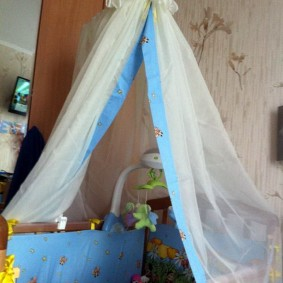 Балдахин из тюля над кроваткой младенца