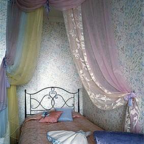 Кованная кроватка в спальне девочки