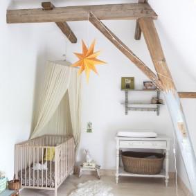 Деревянные балки на потолке светлой комнаты