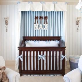 Коричневая кроватка для маленького мальчика