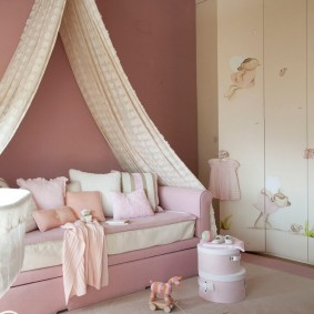 Диван-кровать в детской с розовыми стенами