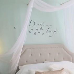 Белый тюль в интерьере детской спальни