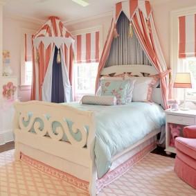 Балдахины из полосатой ткани в спальне девочек