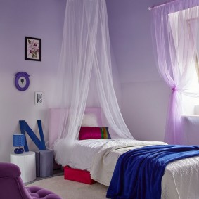 Синее одеяло на кровати в спальне
