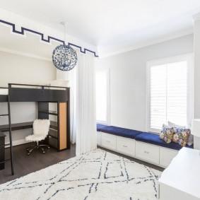 Кровать чердак в детской с белыми стенами