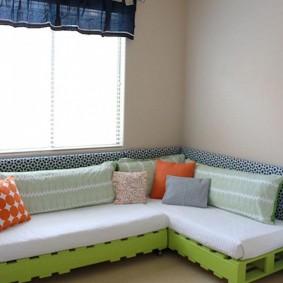 Детский угловой диван из деревянных поддонов