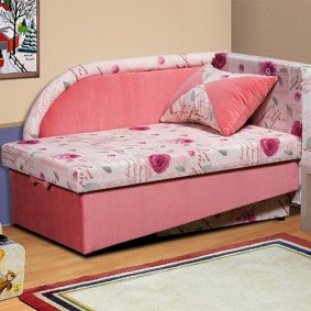 Угловой диванчик с розовой обивкой