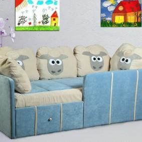 Голубой диванчик для маленького ребенка