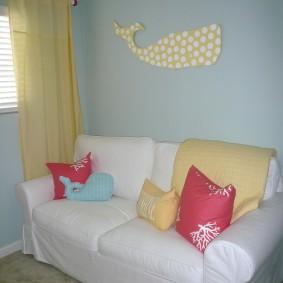 Яркие подушки на белом диванчике