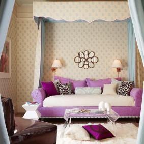 Светло-фиолетовый диван в комнате девочки