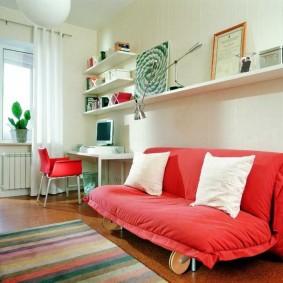 Красный диван в комнате подростка