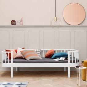 Детский диван с белым каркасом