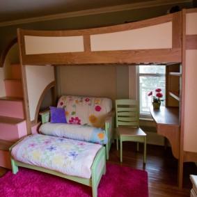 Раскладной диванчик в комнате дошкольницы