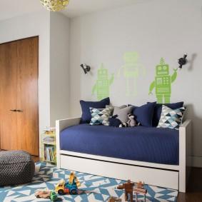 Небольшой диван у стены комнаты для мальчика