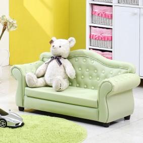 Плюшевый мишка на удобном диванчике