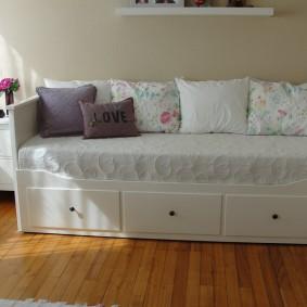 Небольшие подушки на диванчике в детской