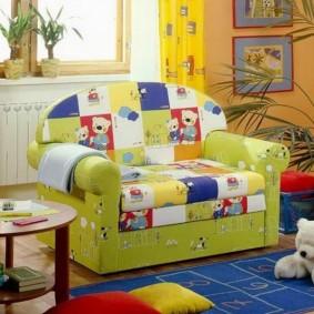 Яркая обивка раскладного дивана