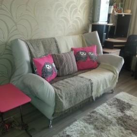 Накидка на детском диване в комнате девочки