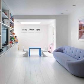 Узкий диван в светлой комнате