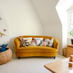 Стильный диван в комнате с белыми стенами
