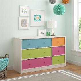 Детский комод с разноцветными ящиками
