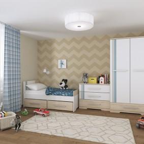 Игрушечные машинки в комнате мальчика