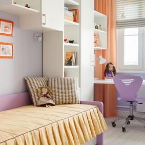 Рабочее место девочки перед окном комнаты