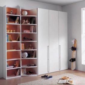 Распашной шкаф с белыми дверками