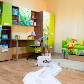 Яркая мебель в комнате маленькой девочки