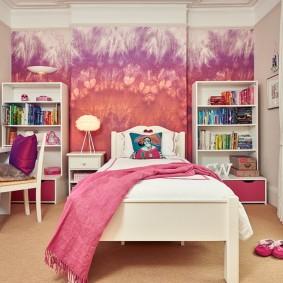 Открытые стеллажи в спальне девочки