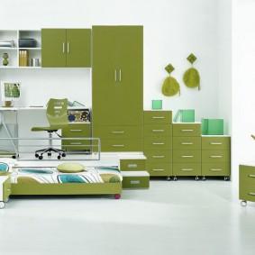Зеленая мебель в белой комнате