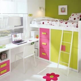 Детская кровать в нише комнаты