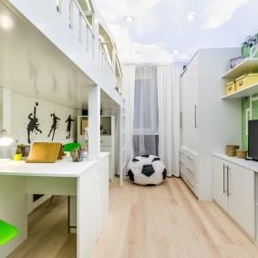 Небольшая детская комната с белой мебелью